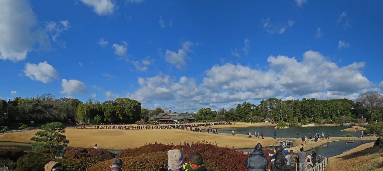 s-20150101 後楽園元日のタンチョウ散策前の園内ワイド風景 (1)
