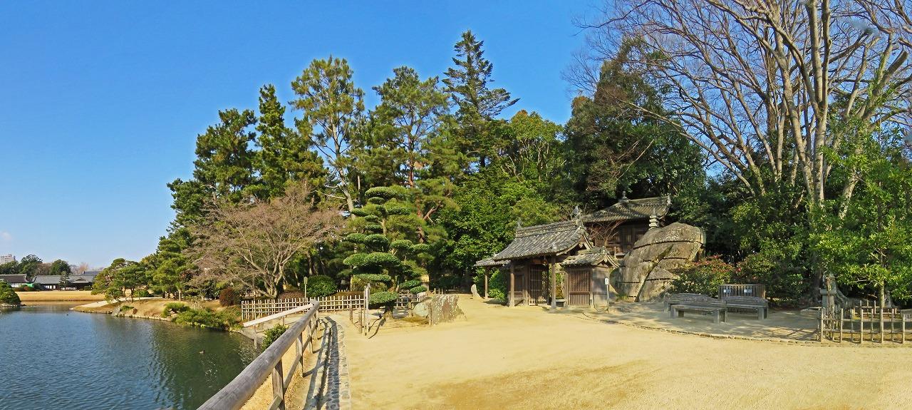 s-20150110 後楽園福田茶屋前から眺める沢の池と慈眼堂ワイド風景 (1)