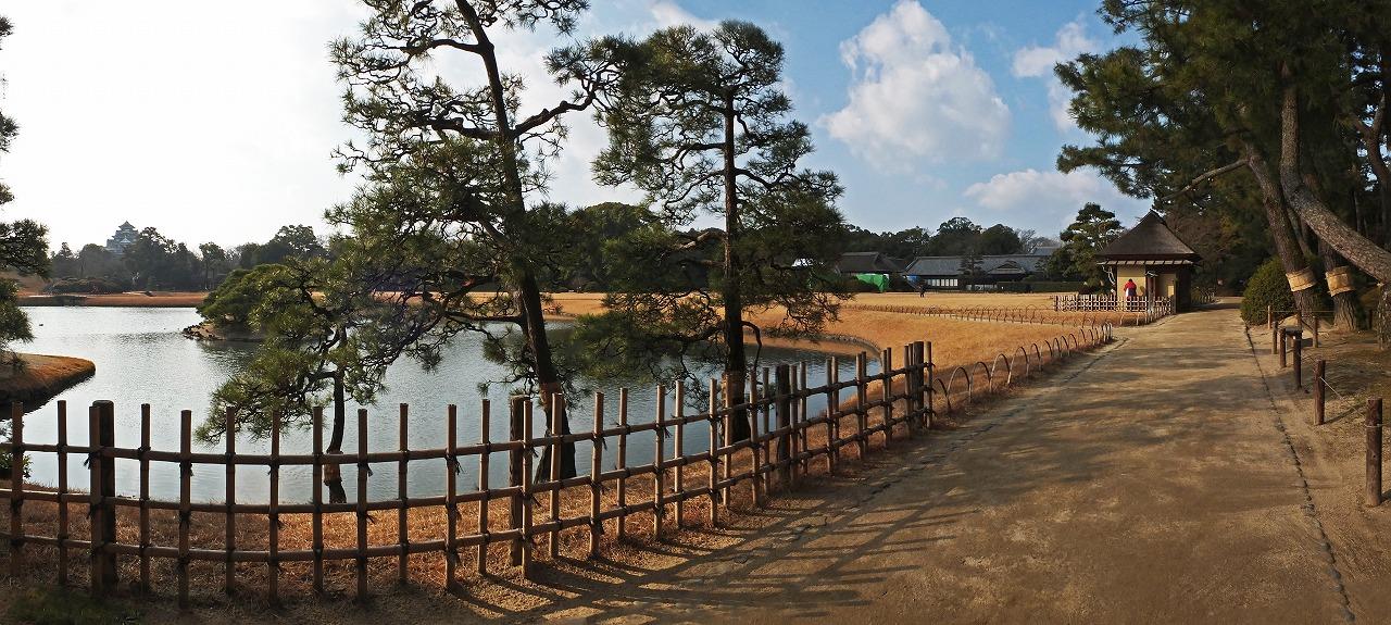 s-20150117 後楽園今日の園内沢の池と西芝生のワイド風景 (1)