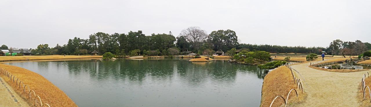 s-20150126 後楽園雨の日の園内沢の池のワイド風景 (1)