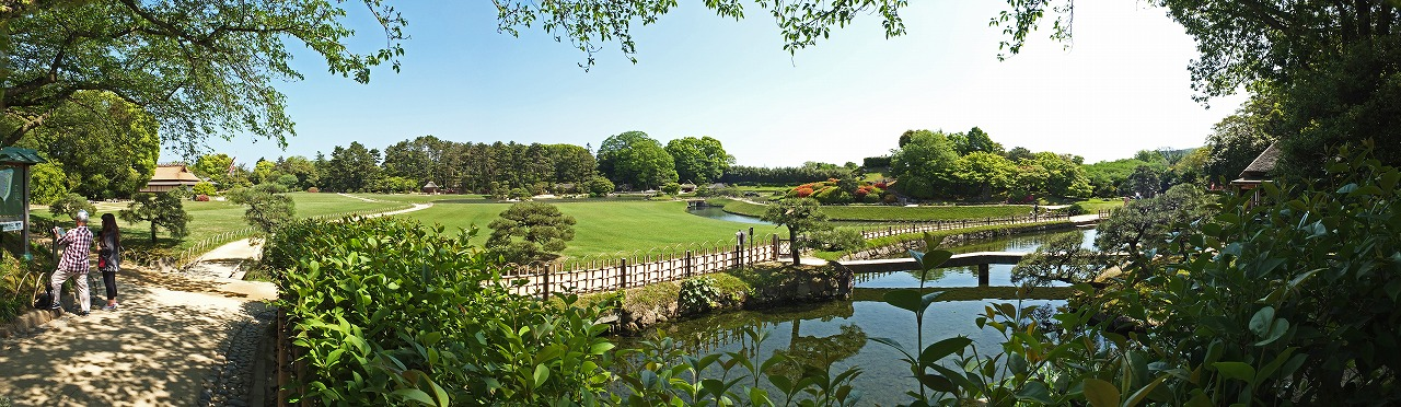 s-20150430 後楽園今日の廉池軒池越しに眺めた園内ワイド風景 (1)