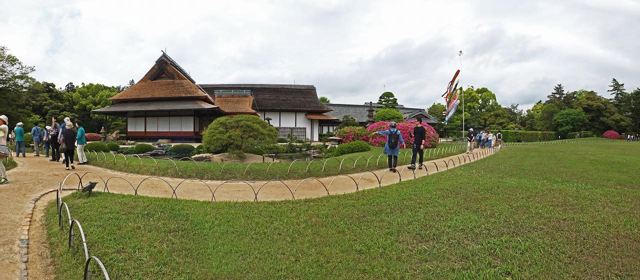 s-20150504 後楽園今日の園内鶴鳴館の鯉幟ワイド風景 (1)