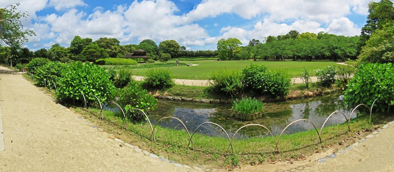 s-20150519 後楽園今日の園内曲水越しに眺めたイベント広場ワイド風景 (1)