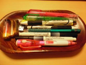机上のペン置き片付け前