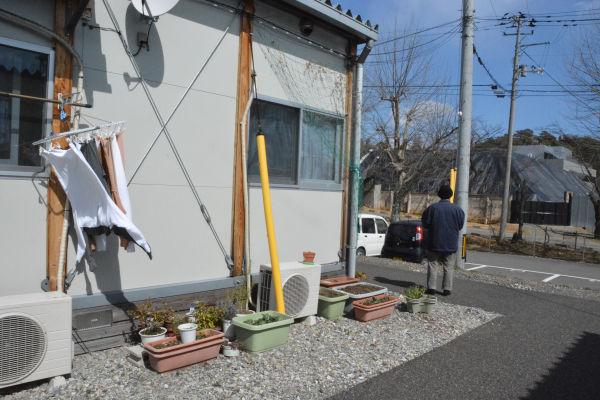 20150312仮設住宅のすぐそばに除染残土の山