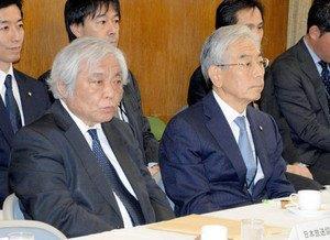 20150418事情聴取に臨むNHKの堂元光副会長(左)とテレビ朝日の福田俊男専務(右)