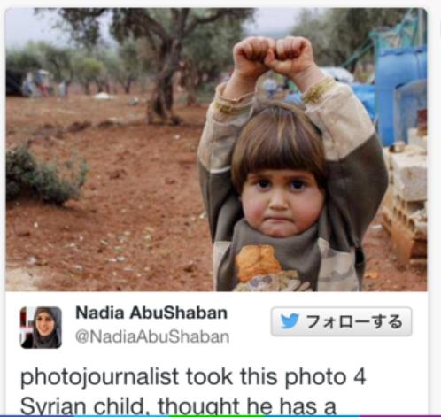 20150423シリア難民少女カメラを武器と思って手を挙げている