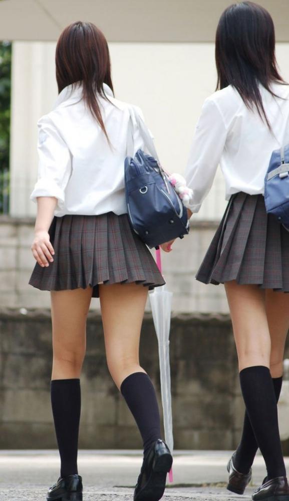 ちょ…スカートが短すぎるJKってwwwパンツ見られたいの?wwwww01_2015100716351399e.jpg
