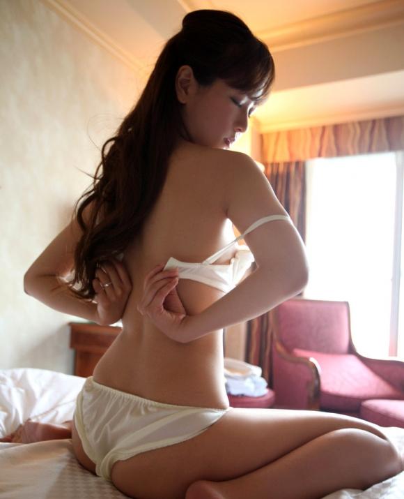 清純そうに見えるけどとてもエロい!白い下着のかわいい女の子たち!02_20150928050809fec.jpg
