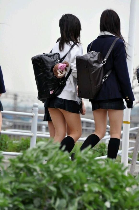 ちょ…スカートが短すぎるJKってwwwパンツ見られたいの?wwwww03_2015100716351753d.jpg