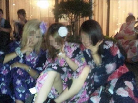 花火を見上げて無防備になりすぎてる素人娘たちの浴衣パンチラ!!!04_20151006004800f9e.jpg