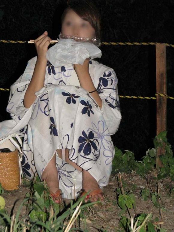 花火を見上げて無防備になりすぎてる素人娘たちの浴衣パンチラ!!!05_201510060048013fd.jpg