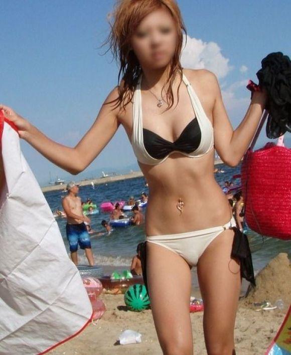 夏になると海辺に増殖する水着ギャルのエロ画像06_2015091516242287e.jpg