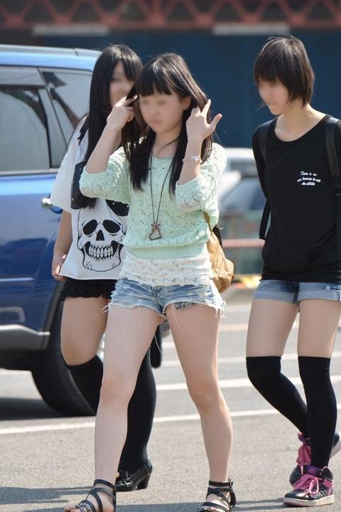そろそろあまり見かけなくなった女の子のホットパンツ姿はマジでエロい08_201509050401003fa.jpg