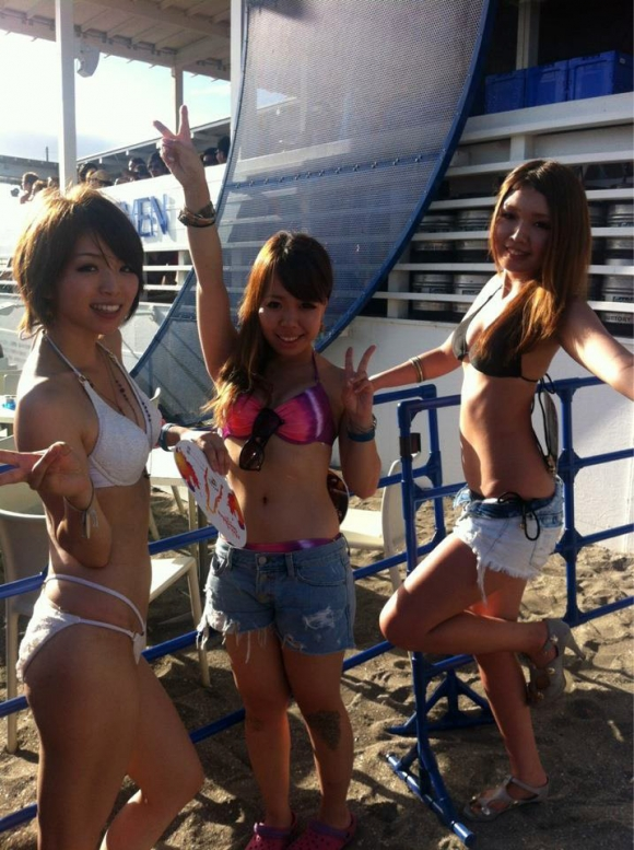 夏になると海辺に増殖する水着ギャルのエロ画像08_201509151624257ce.jpg