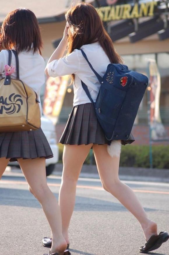 ちょ…スカートが短すぎるJKってwwwパンツ見られたいの?wwwww10_20151007163702e29.jpg