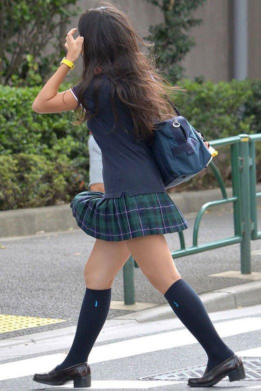 ちょ…スカートが短すぎるJKってwwwパンツ見られたいの?wwwww11_20151007163804a8c.jpg