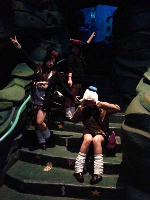 【エロ画像】まさに男の夢の国!!!JKのパンチラとかふともも見放題な制服ディズニーwwwww11_20151103025148b31.jpg