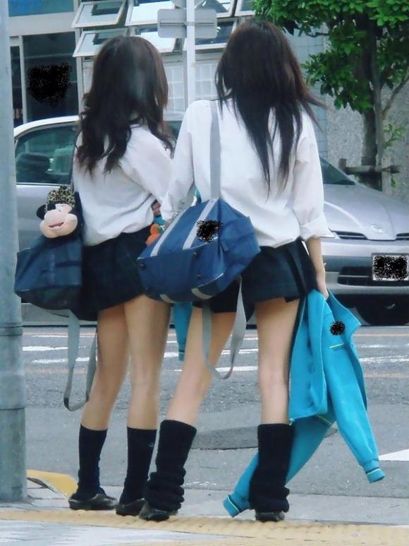 ちょ…スカートが短すぎるJKってwwwパンツ見られたいの?wwwww12_20151007163806e0a.jpg