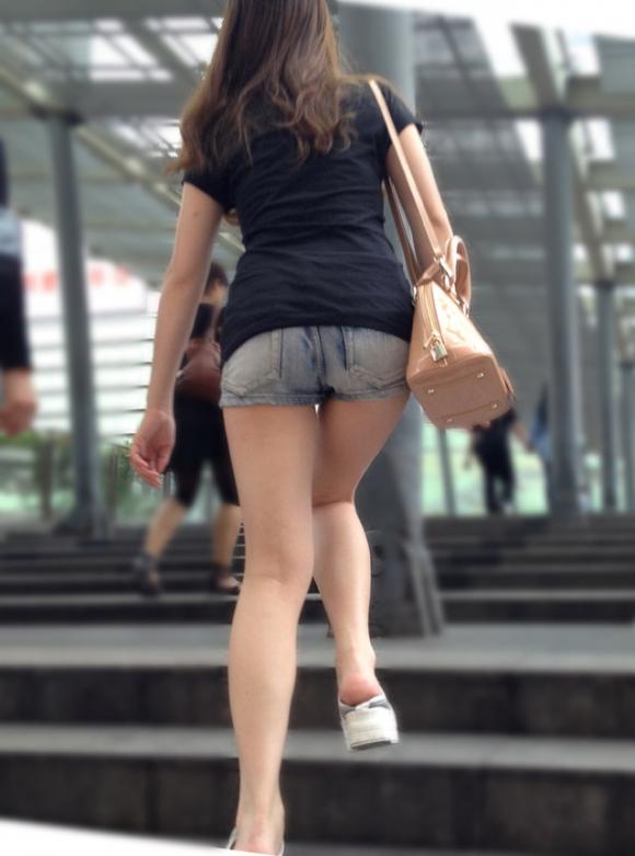 そろそろあまり見かけなくなった女の子のホットパンツ姿はマジでエロい②15_20150905205326ee3.jpg