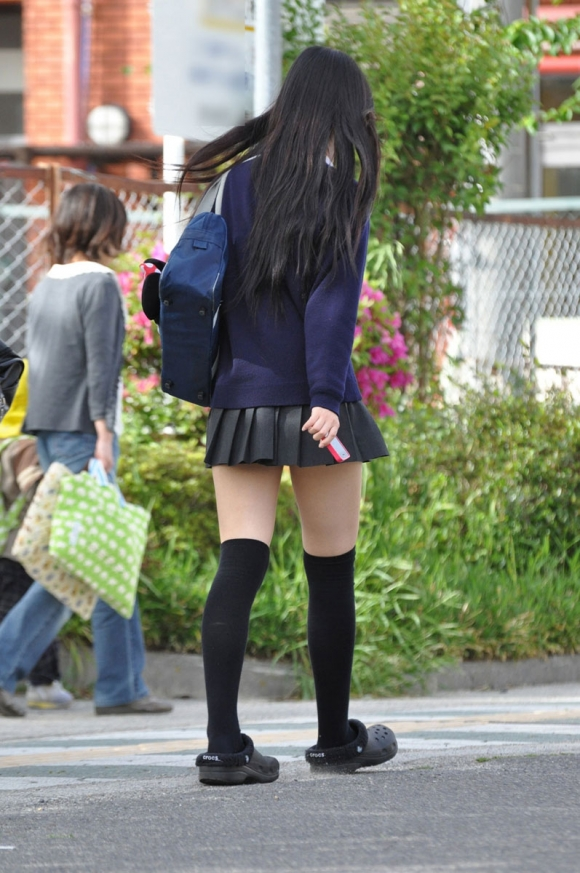 ちょ…スカートが短すぎるJKってwwwパンツ見られたいの?wwwww15_20151007163811a62.jpg