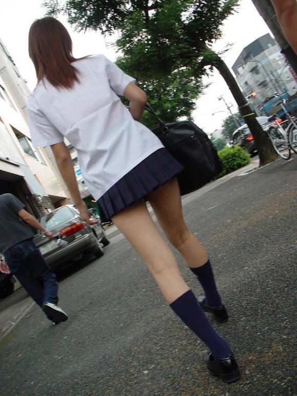 ちょ…スカートが短すぎるJKってwwwパンツ見られたいの?wwwww17_201510071638326fb.jpg