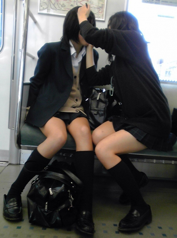 ちょ…スカートが短すぎるJKってwwwパンツ見られたいの?wwwww19_2015100716383490a.jpg
