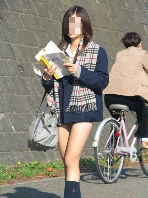 ちょ…スカートが短すぎるJKってwwwパンツ見られたいの?wwwww21_201510071639173b8.jpg