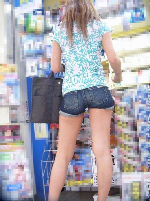 そろそろあまり見かけなくなった女の子のホットパンツ姿はマジでエロい③23_20150905210156116.jpg
