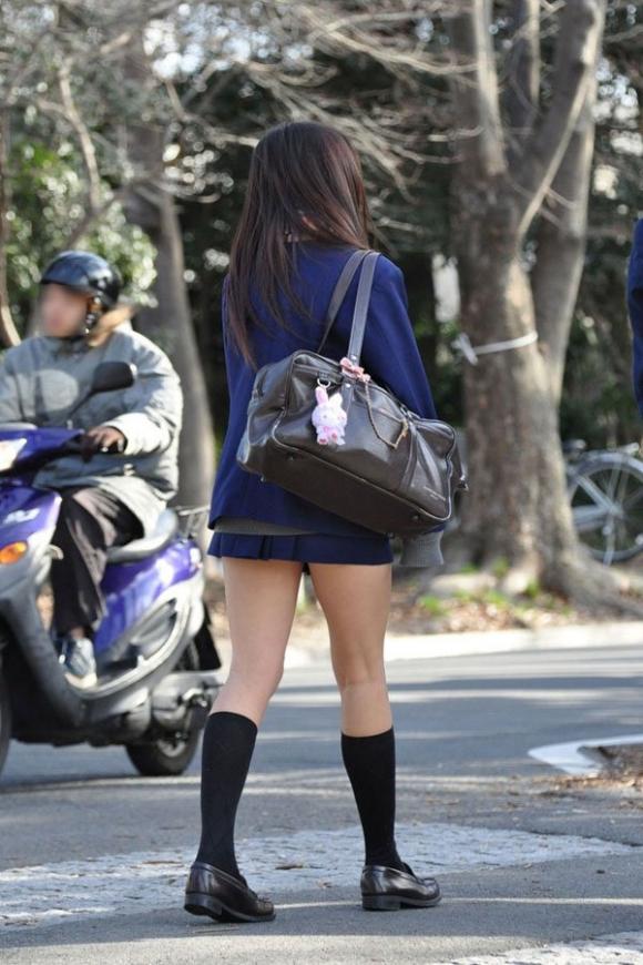 ちょ…スカートが短すぎるJKってwwwパンツ見られたいの?wwwww23_20151007163920ed4.jpg