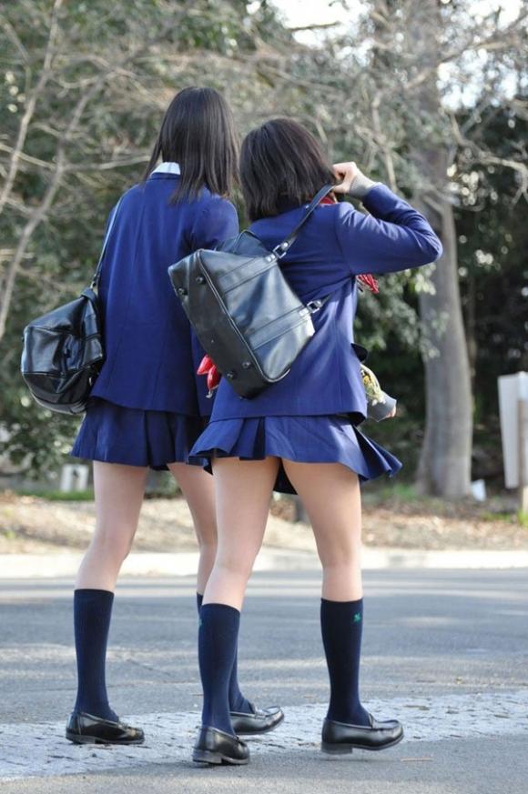ちょ…スカートが短すぎるJKってwwwパンツ見られたいの?wwwww24_20151007163922f70.jpg