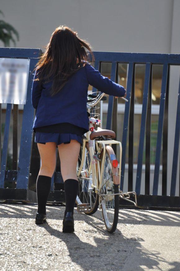 ちょ…スカートが短すぎるJKってwwwパンツ見られたいの?wwwww25_20151007163923cc4.jpg