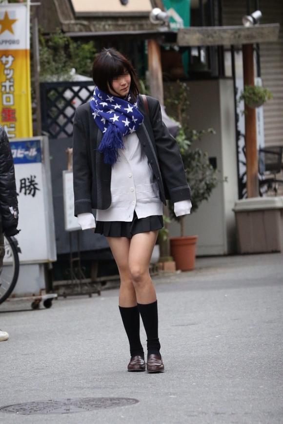 ちょ…スカートが短すぎるJKってwwwパンツ見られたいの?wwwww27_20151007163944dcd.jpg