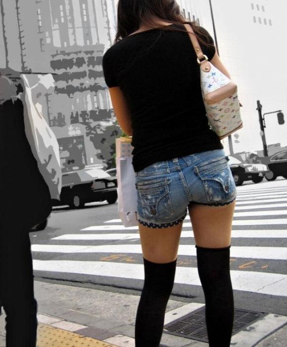 そろそろあまり見かけなくなった女の子のホットパンツ姿はマジでエロい③30_20150905210402dfb.jpg
