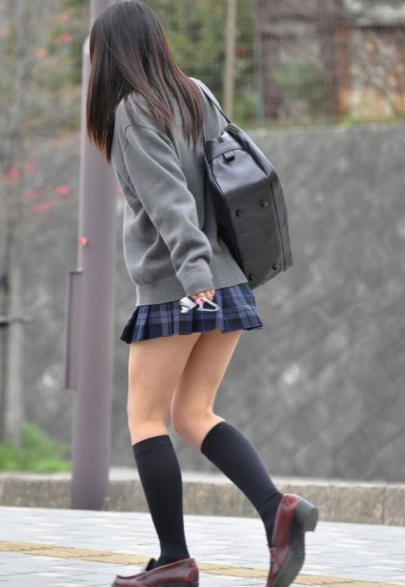 ちょ…スカートが短すぎるJKってwwwパンツ見られたいの?wwwww30_20151007163948fa7.jpg