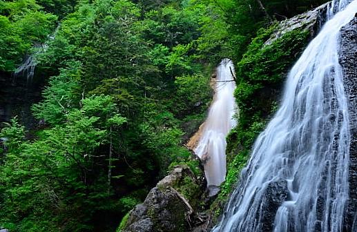 三つの滝が個性的な三本滝
