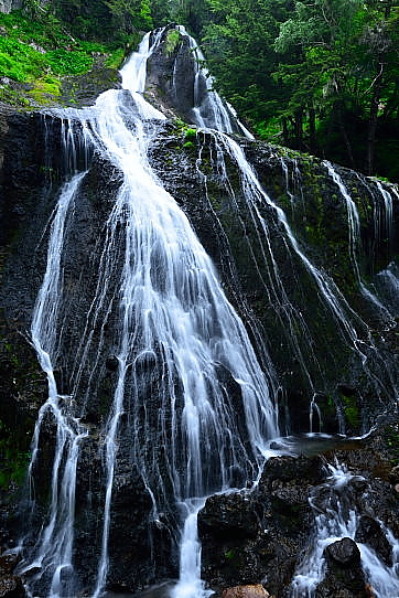 三本滝を代表する飛沫の優美な滝