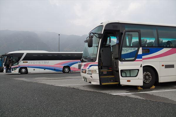 伊予鉄バスと並ぶ