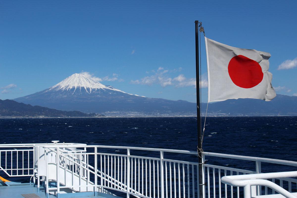 駿河湾フェリー「富士」後方デッキ 日章旗と富士山