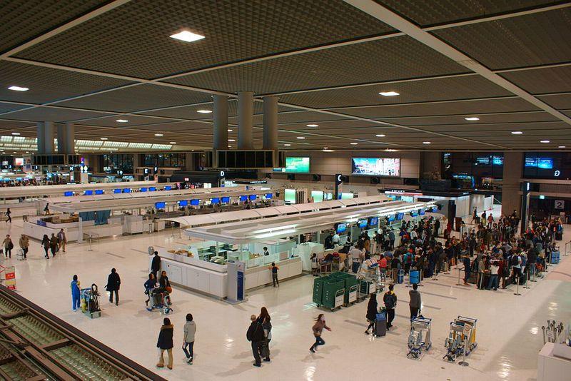 Departure_lobby_of_Tokyo-Narita_Airport_Terminal_2.jpg