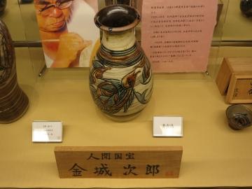 国宝 金城次郎さんの作品は硝子ケース内で展示と販売