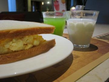 エッグペーストたっぷりサンドを作って、ゴーヤジュースとミルクと