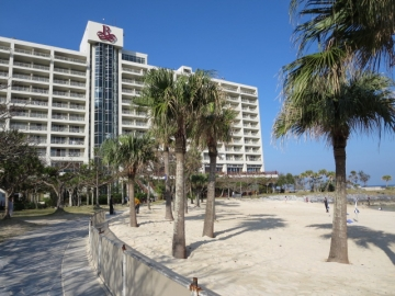 ビーチ側からのホテル外観
