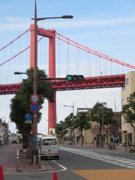 店の前から見える若戸大橋