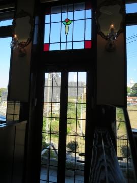 店内からテラス席へのドア