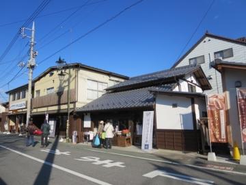 製糸場前の通りはお店が増えたのでしょうね、観光客でにぎわいます