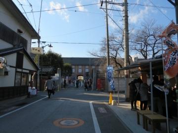 静かな街でしたが製糸場前から混み始めます