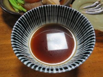 おでん用の出汁がはられた取り皿