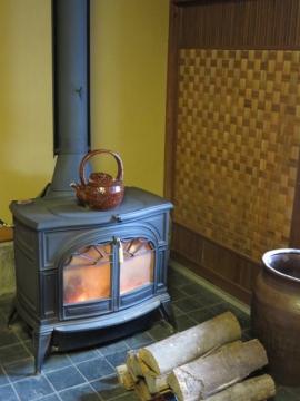 入口土間に我が家の薪ストーブと同じバーモンドキャスティング