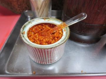 餃子タレに好みで特製調味料。唐辛子や胡麻などのブレンド